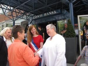 Die 1. stellvertretende Vorsitzende, Edith Lenz-Geerdes, begrüßt Stadträtin Renate Treutel. In der Mitte Erdbeerkönigin Tamara I., links Hoteldirektorin Evelyn Wirth.