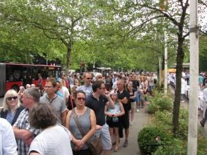 Hunderte Menschen standen Schlange, um sich ein Stück von dem leckeren Erdbeerkuchen zu sichern.